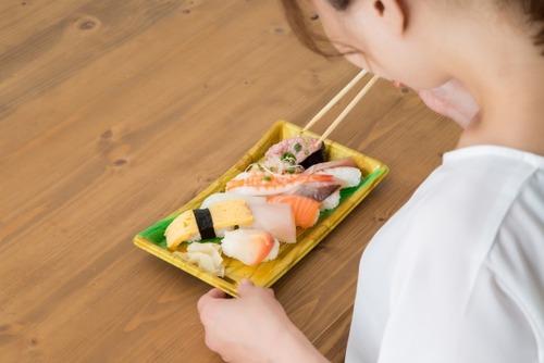 彼女「醤油皿いらないよね?」寿司パック蓋に醤油ダバー