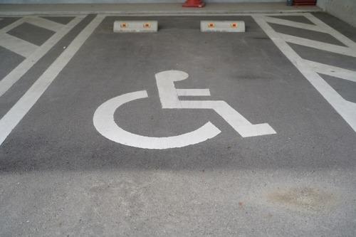 なんと8割もの不正利用に悩む「障害者用駐車スペース」