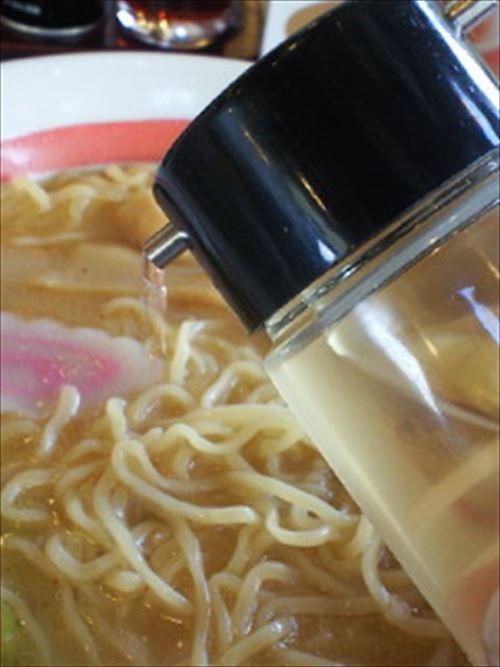 ラーメン屋のカウンターに置いてるある「酢」って使うやつおるん?