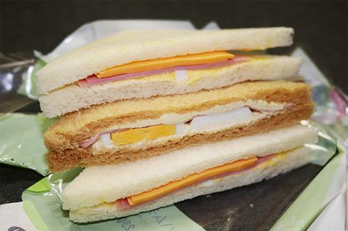 【悲劇】サンドイッチ買ったら中身がスカスカだった 「中を見なければ特に問題はない」