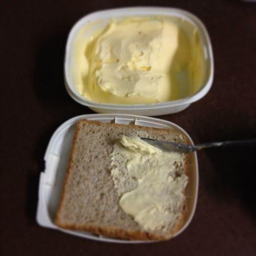 マーガリンを食パンに塗って焼かずに食べる