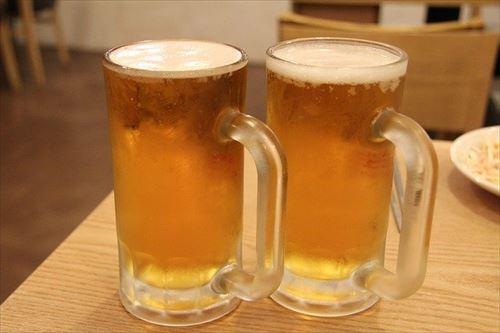 居酒屋店長なんやけど最初のドリンクで生ビール以外を頼ませるアイデア考えて欲しい