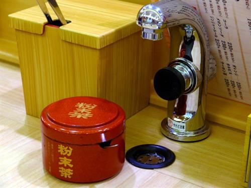 回転寿司の給湯ボタンが硬すぎる…実はやけど防止対策だった