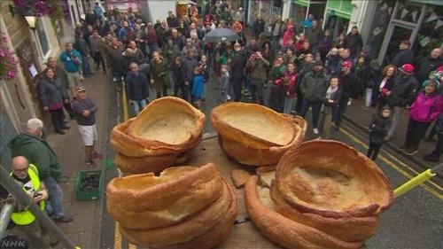 イギリスで血を固めて作ったソーセージを投げる祭りが開催される