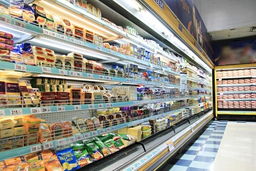 スーパーの品出しやってるけど、棚の奥から商品取るのやめてくれ。