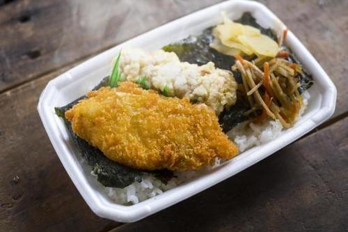 鮭と白身フライと竹輪の天ぷらしか入ってないノリ弁が大人気なのは何でだろう