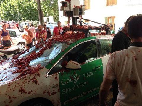 【悲報】ストリートビューの画像を集めていたグーグルカーがトマト祭りの参加者に破壊される