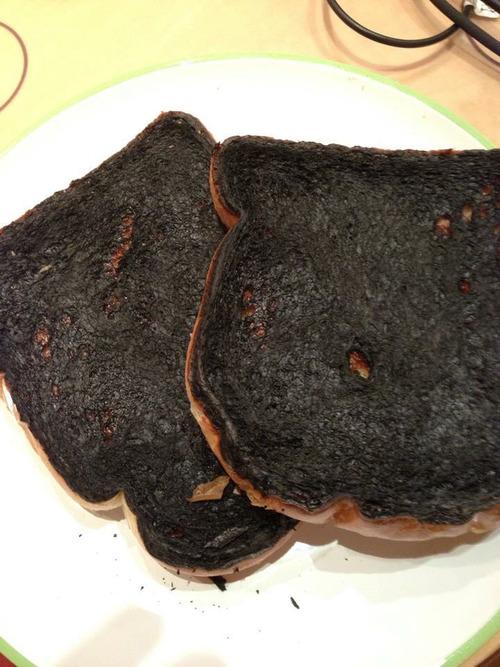 【悲報】俺料理下手くそ君、トーストを焼くも失敗するwwwwwwwwwwwwwww