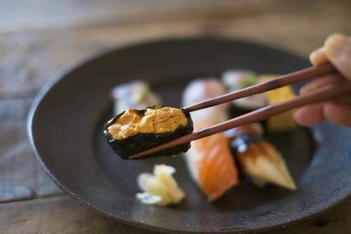 【寿司マナー】握りすしは手で食べる、それとも箸で食べる?
