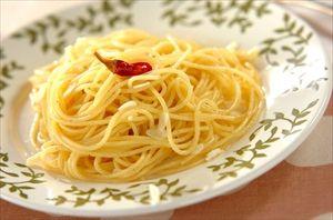 ニンニクと唐辛子をオリーブオイルに漬けとくと即席ペペロンチーノの元ができる