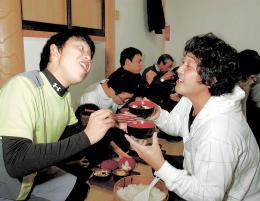 「めしーっ!」「しるーっ!」 奇習おこもり、40人が参加 ひたすらに飯や汁を食う