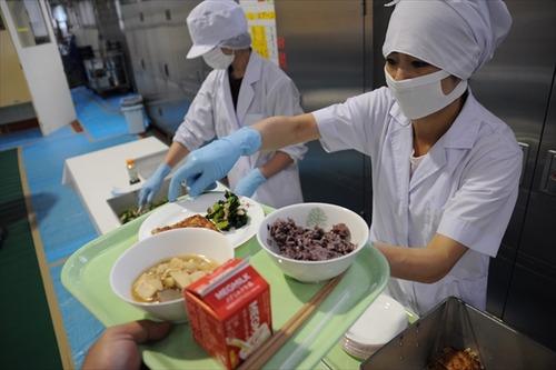 政府「入院中の食事代を引き上げると言ったな。あれはちゃんと実行する」 1食260円から460円へ