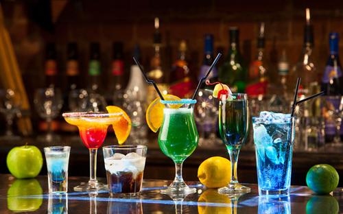 バーに行ってみたいんだけど、「あちらのお客様からです」なんて実際にあるの?
