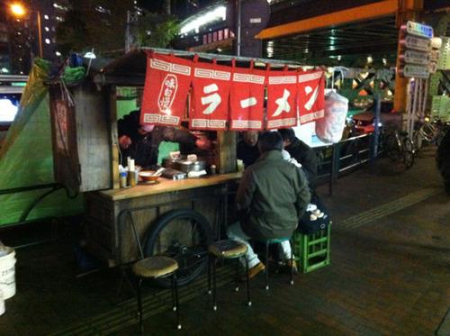 東京新宿の屋台 無許可道路使用で5人逮捕