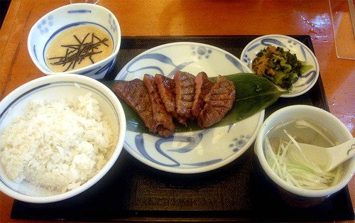 麦飯+とろろ+厚切り牛タン+テールスープwwww