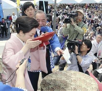 高知で日本酒一気を競う祭り 男は1升を14秒で飲み干す、女は5合を9秒で飲み干す