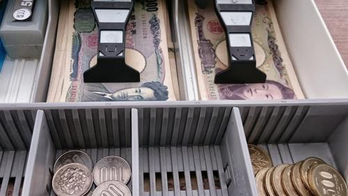 バイトワイ「〇〇円のお返しです。」クレーマー「ちょっとお釣りの渡し方!!」  バイトワイ「?」