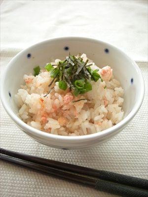梅干しを入れて炊いたご飯に明太子を軽く混ぜる。薬味は多いほどうまいと思う。