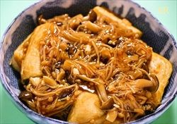 キノコを麺つゆで煮る。日持ちもして、ご飯に合うしうどんや素麺にのせても美味しい。