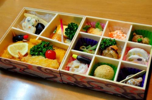 【悲報】ババア、親戚の集まりに2700円の仕出し弁当を20人前注文してしまう