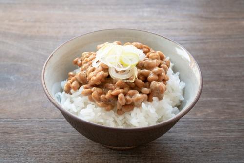 家で納豆ご飯50円なのに外でラーメン750円。外食するやつってなんなの?