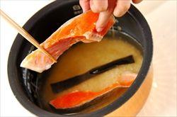 ご飯炊くときに鮭の切り身を入れて炊けば焼いた鮭と変わらないくら中まで火が通ってる