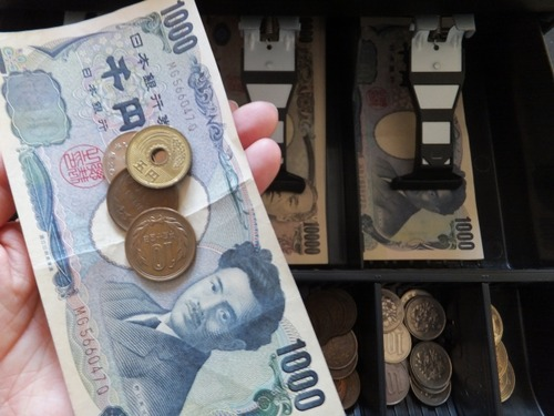 【悲報】無職さん(47)、1万円支払ったお釣りで細かいほうを先に渡されブチギレ