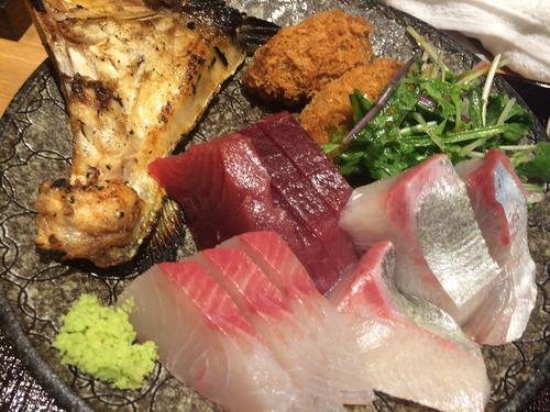 刺身、寿司、焼き魚、牡蠣フライ、味噌汁、ネギトロ、ライス、サラダが40分食べ放題で1500円wwww