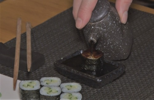 ロシア人「日本食大好き!寿司には甘い醤油をたっぷりたっぷりかけて食べる」