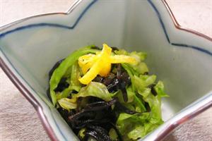キャベツと出汁用昆布をすし酢に1日くらい漬けて食べると美味い。酢の物が好きな方にオススメ。