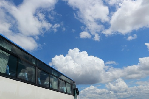 観光庁が「GoToトラベル」でバスの中での飲食を禁止するよう求める