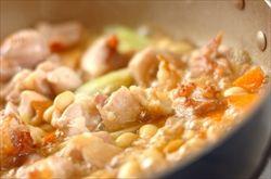 胸肉買ってきて水煮大豆と一緒に煮ました。鳥の油のしみた大豆はうまい。
