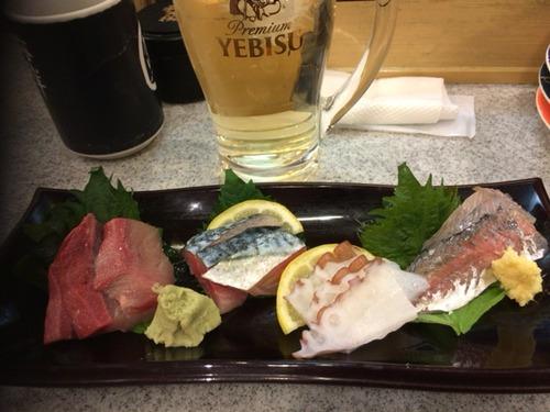 休日ワイ、回転寿司で昼から刺身とビールでランチ