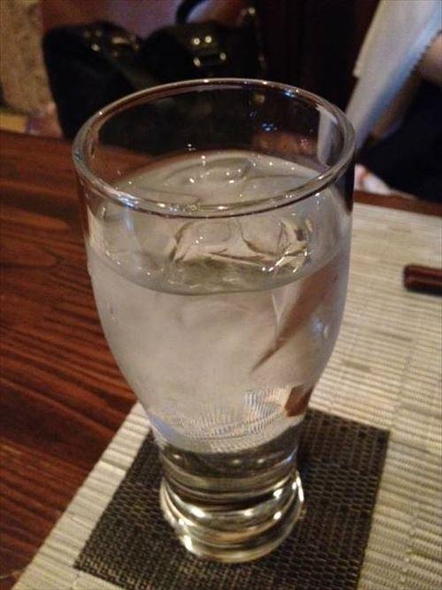 居酒屋カウンターワイ「麦の水割り下さい」店主「あいよ!」水道水ジャー!