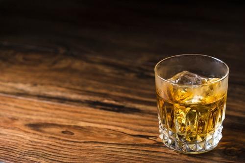 アメリカの企業「ウイスキーのたる熟成は時代遅れ。現代科学なら数日で生産可能」