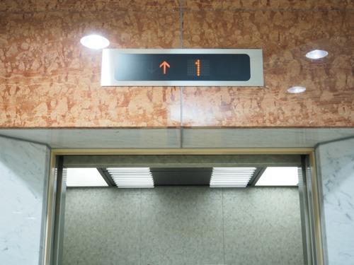 プロのマナー講師「旅行時はSNSで楽しいアピールNG」「エレベーターは壁に向かって立つ」
