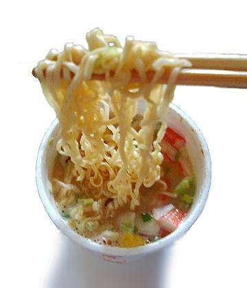 サラリーマン「昼食は50円のカップ麺。お腹空いたら水。」