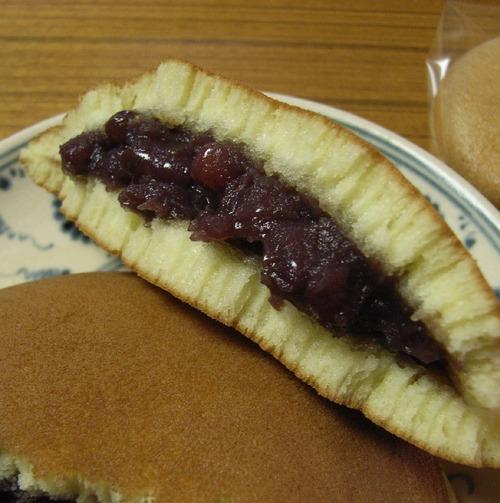 外国人「日本人さぁ…このどら焼きとかいうお菓子はなんだい?」