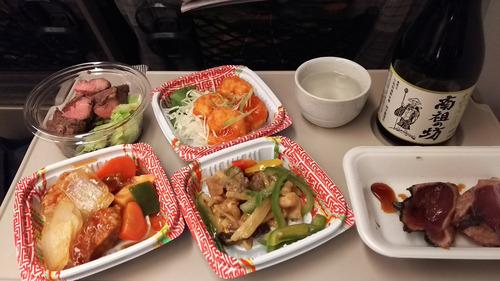 新幹線乗ってるんだけどお酒とかたくさん買って食べてる!楽しい!