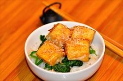 揚げ出し豆腐とフワフワの半熟の卵に出汁をかけた「揚げ出し豆腐丼」出汁は味がしっかりついてるほうがいい。