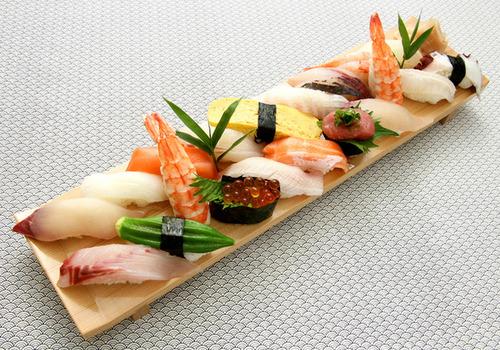 寿司屋「寿司なんて簡単だから握り方教えたらすぐ追いつかれちゃうンゴ…」