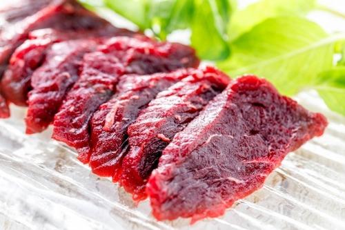 商業捕鯨のクジラ肉がスーパーに並ぶ 値段は「100g 598円」