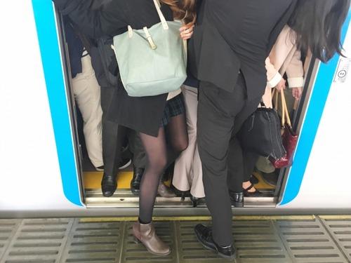満員電車は規制なし 集団感染を防ぐためジムとビュッフェには自粛要請