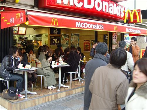 マクドナルド「安いよ!早いよ!うまいよ!」モスバーガー「高いよ!遅いよ10分待ってね!味はともかく素材にこだわるよ!」