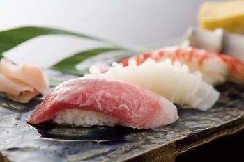 寿司屋でシャリからネタを剥がして食べるのはマナー違反ですよ