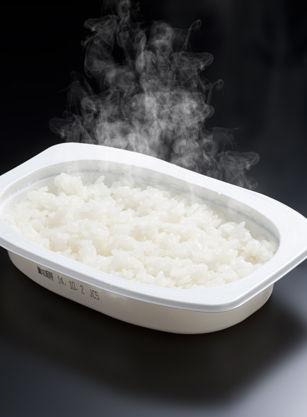 お金ないから108円のパックごはんに塩かけて食べてる