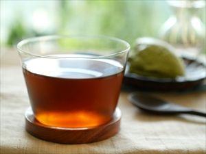 麦茶を少量のお湯で煮出したものを水で薄めて作ると、すぐに冷たい麦茶ができる。それを凍らせておくと更に便利。