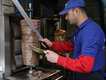 肉を回転させて焼き、薄切りにする「ドネルケバブ」考案者ヌルマンさんが逝去