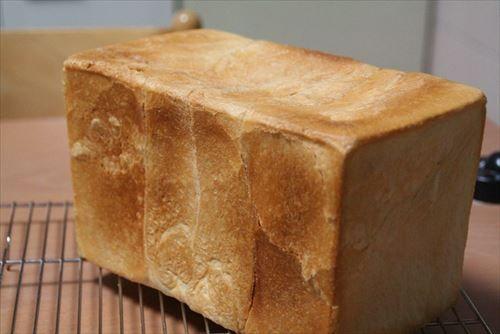 一斤500円とかしちゃう食パンに一回手を出しちゃうとスーパーで売ってる食パンに戻れなくなるよな……