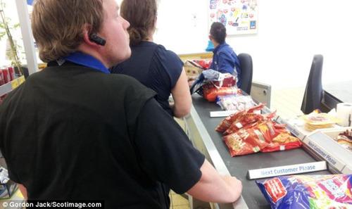 英国のドミノピザ、客に出すポテトを制服のまま隣のスーパーで買っていたことがわかり話題に